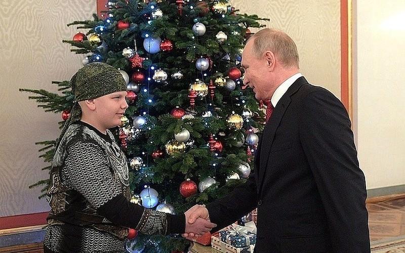 Путин послал корзину роз маме умершего от лейкоза мальчика