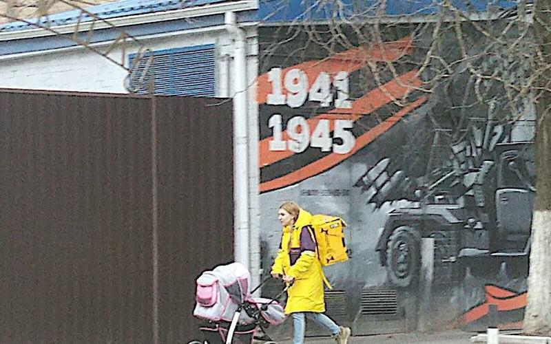 Юная мама из Ростова пошла работать доставщиком еды и сразу же прославилась