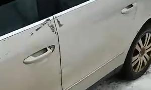 Девушка привезла свою машину на химчистку