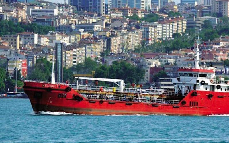 Тонущие мигранты захватили спасший их танкер и потребовали плыть в Европу