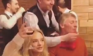 Ничего особенного, просто официант вытирает салфеткой рот Дмитрия Пескова