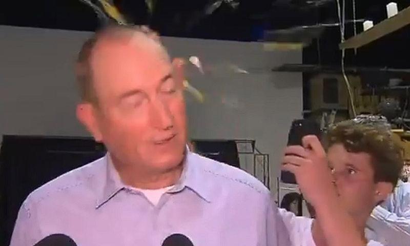 Подросток разбил сенатору яйцо об голову