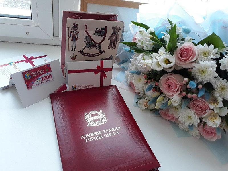 С омской роженицы потребовали оплатить налог за подарки и цветы от мэрии