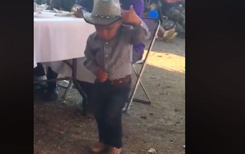 Малыш показал всем, как надо делать это