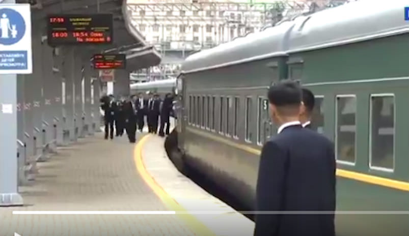 Лидер Северной Кореи привез в Россию протиральщиков дверей