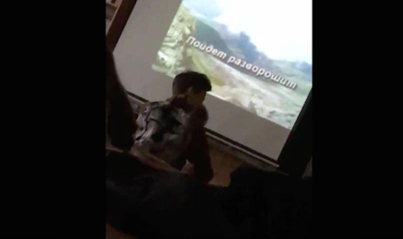 Учитель - огонь! Школьники на уроке музыки поют