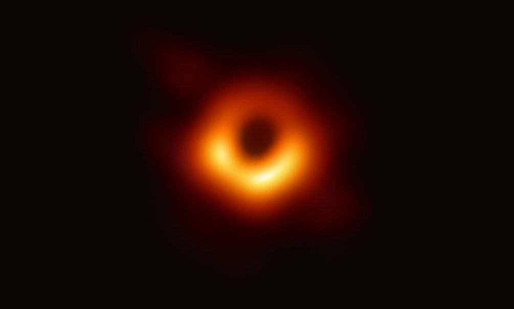 Астрофизики впервые показали изображение черной дыры