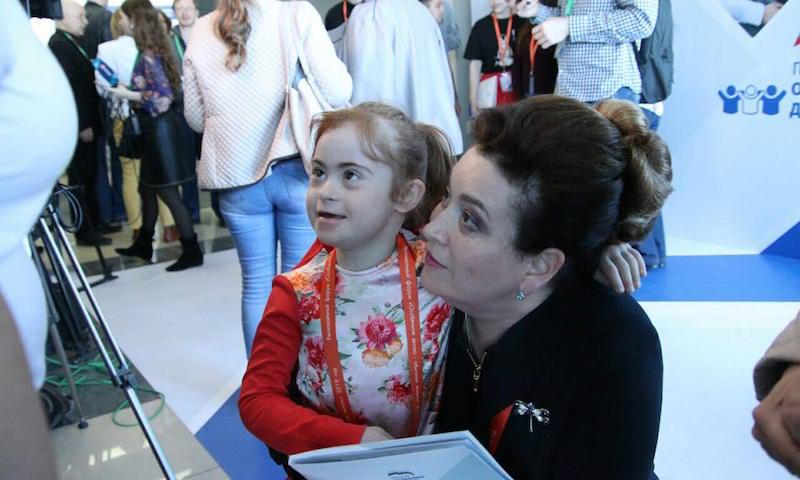 Цинизм министра Быковской: одним детям-инвалидам отменяет лекарства, других – обнимает под прицелами телекамер