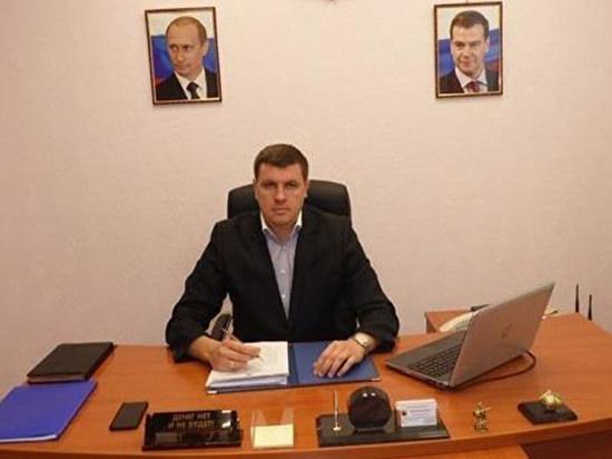 Саратовский чиновник прославился из-за таблички на столе