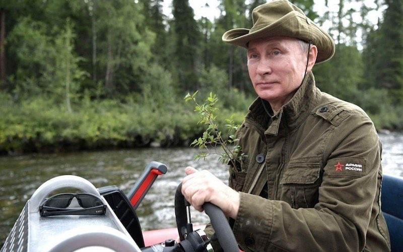 Каких-то 7 тысяч: куртка Путина пришла на смену футболкам с портретом