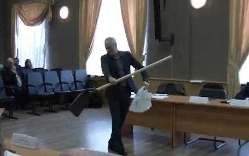 """""""Пусть поработает руками"""": скандальный депутат подарил мэру лопату"""