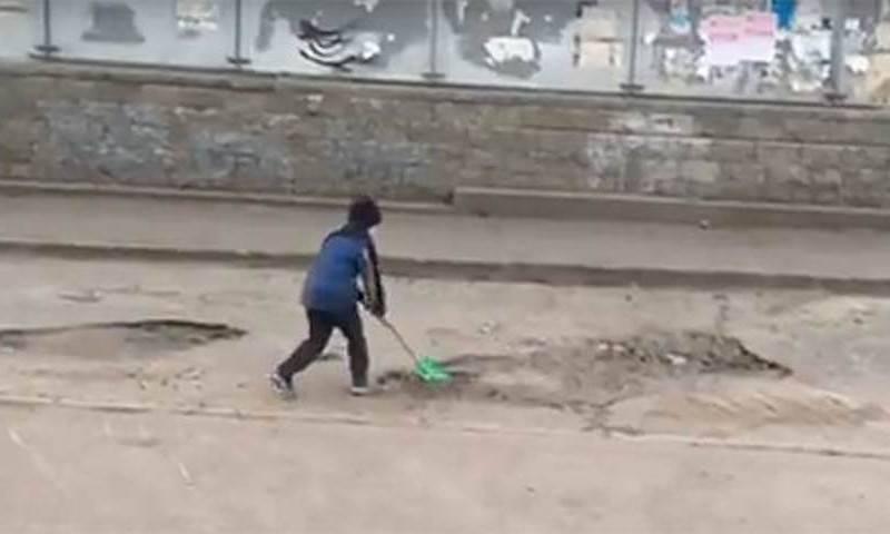 Мальчика с лопатой, засыпающего ямы на дороге, чиновники пригласили на работу