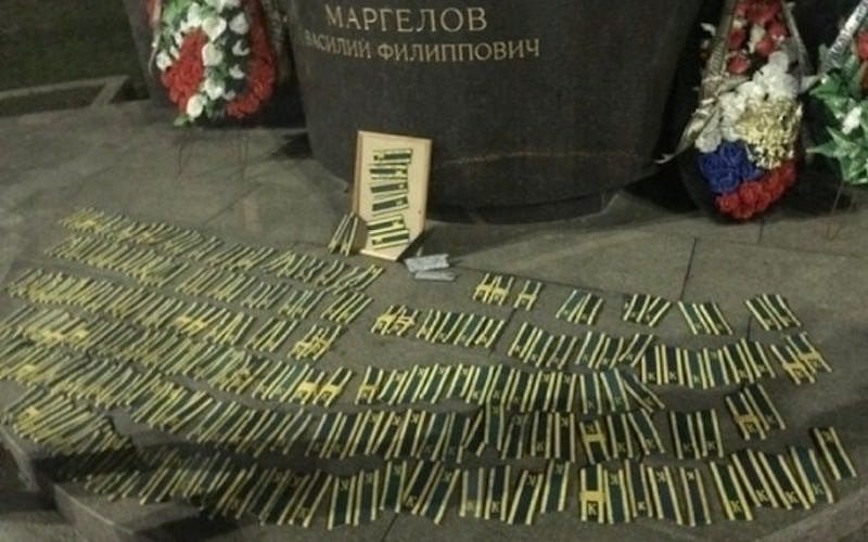Курсанты-десантники сорвали с себя погоны и сложили у памятника Маргелову