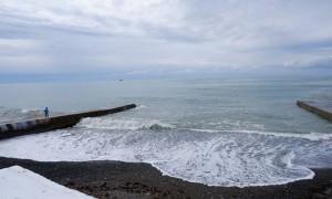 В Сочи 4-летнего ребёнка  смыло волной в море, пока  бабушка отдыхала на пляже