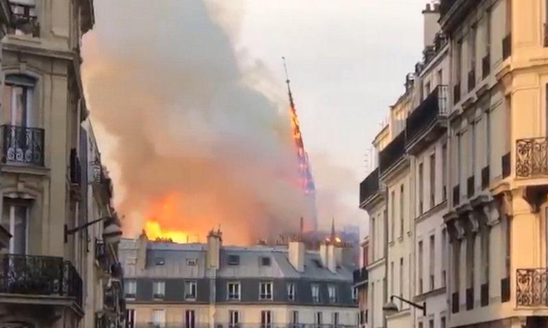 Огонь пожирает собор Парижской Богоматери