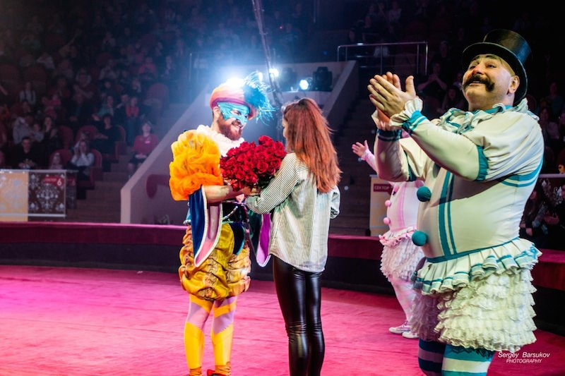 Циркач сделал девушке предложение руки и сердца во время трюка
