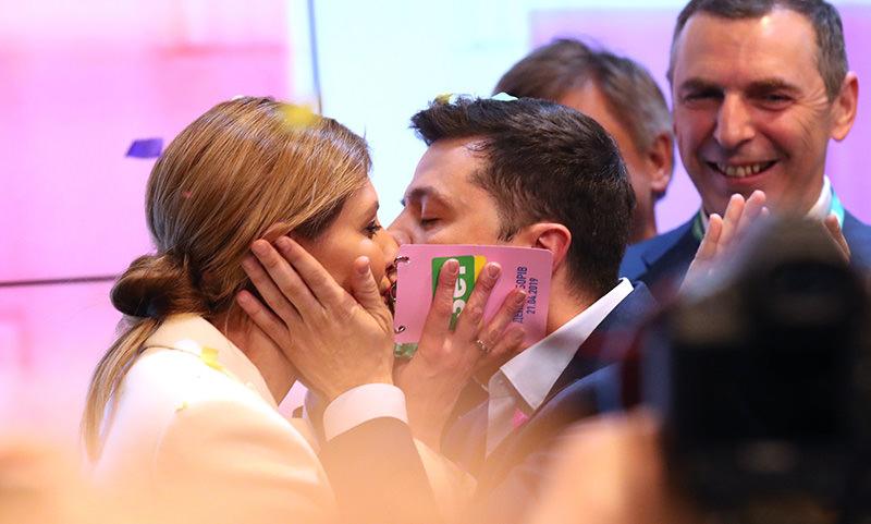 Будущий президент Украины Владимир Зеленский поблагодарил своих родителей и свою жену