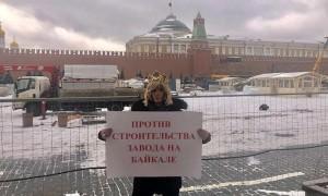 Стилиста Сергея Зверева вызвали в суд за пикет у Кремля