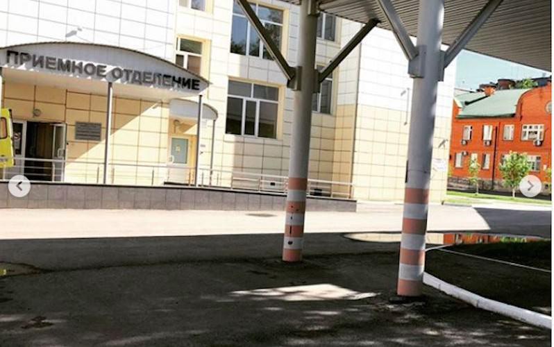 Не доехала 10 метров: тюменка родила на газоне у перинатального центра