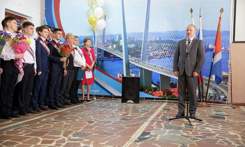Мэр Владивостока оговорился и отправил выпускников
