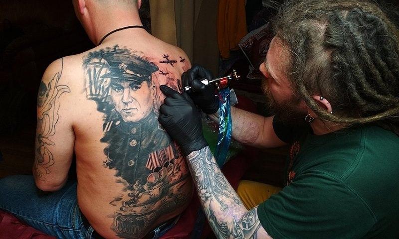 Ко Дню Победы ижевчанин сделал татуировку со своим дедом на спине