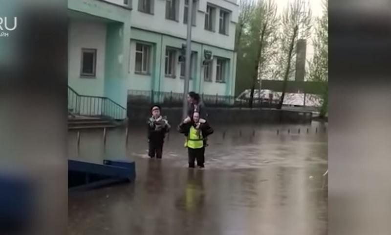 Рыцари по-екатеринбургски. Полицейские спасают маму с ребенком от потопа