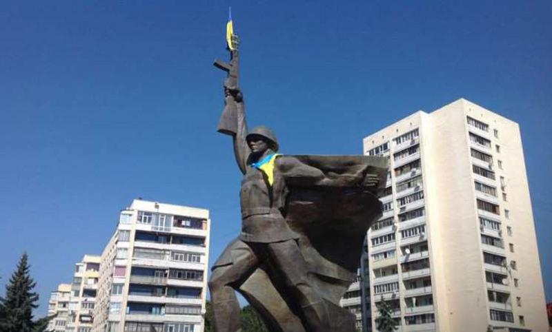 В Харькове молния сбила флаг с памятника воину-освободителю