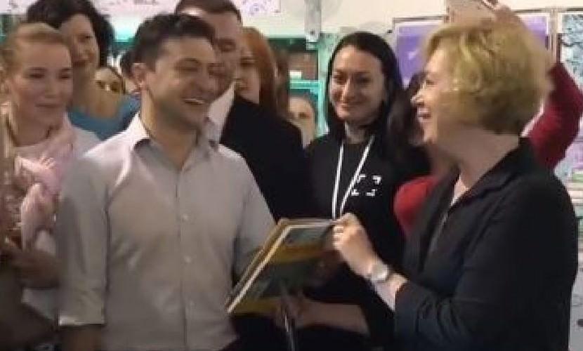 Зеленскому подарили книгу «Политика для начинающих»