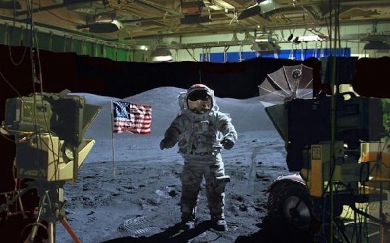 """Ассанж ответил на арест: показал """"полет"""" американцев на Луну"""