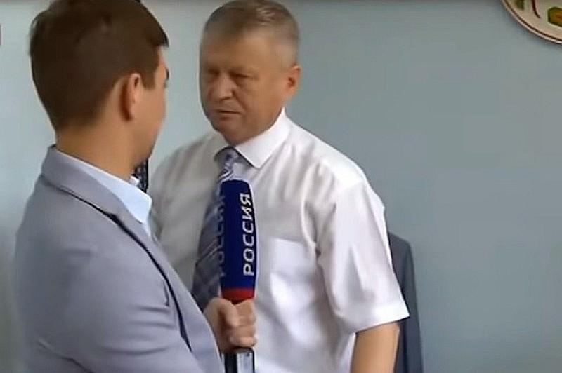 Схватил за шкирку и повалил: глава района Хакасии напал на журналиста