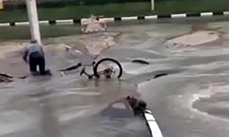 Велосипедист провалился под асфальт из-за прорыва коллектора в Рязани