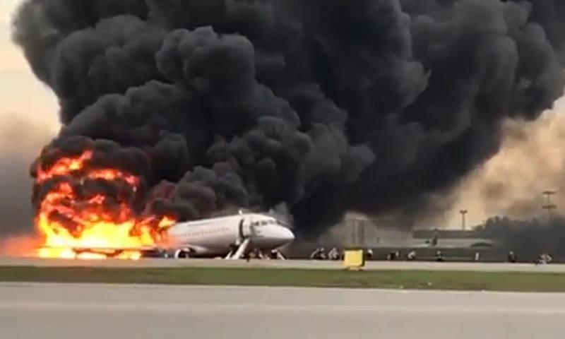10 человек погибли при пожаре на борту самолета в Шереметьево