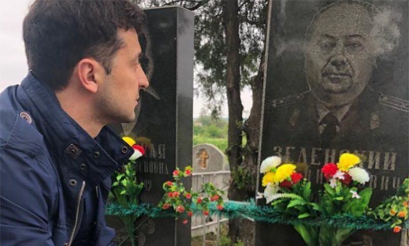 Зеленский посетил могилу своего деда в День Победы