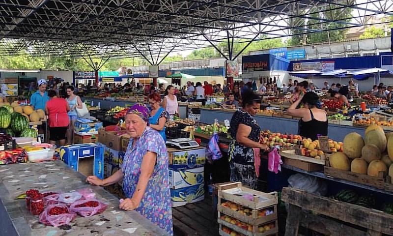 Россиянам начнут бесплатно раздавать просроченную еду. Однако ретейлеры и рестораторы уверены - легче закопать