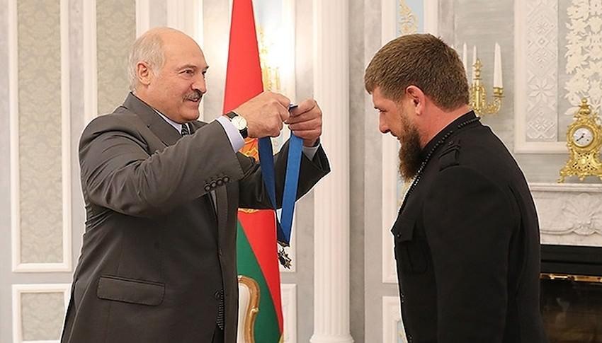 «Настоящий мужик! Пообещал - сделал!»: Лукaшенко нaгрaдил Кaдыровa