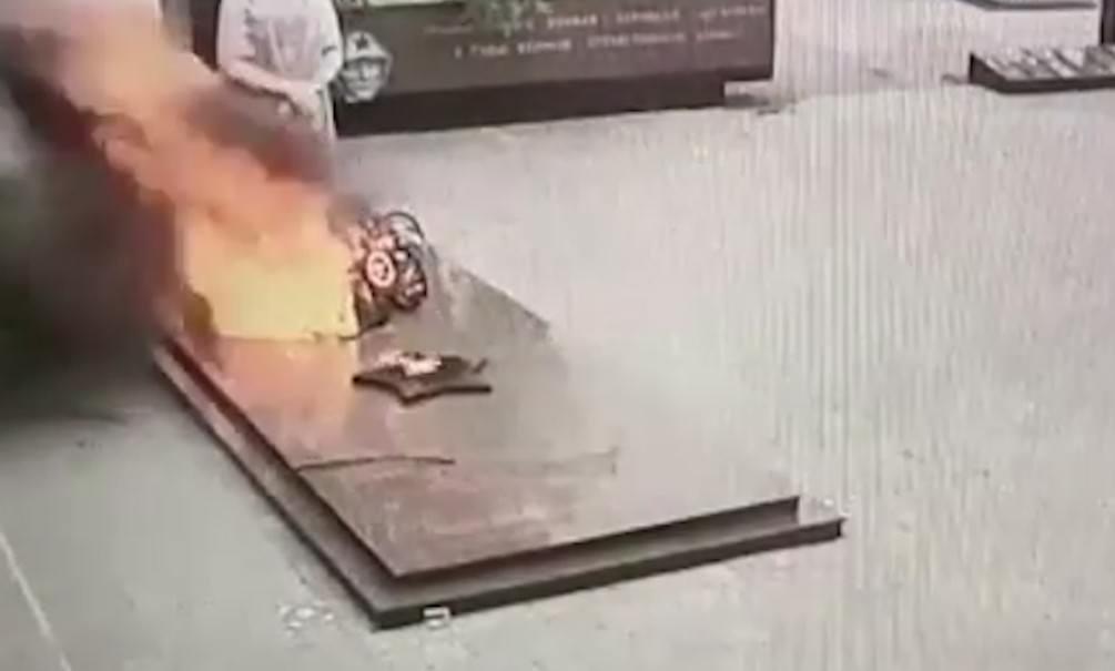 На Урале школьники сожгли венки на Вечном огне