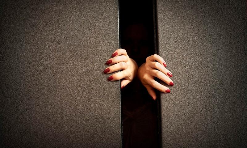 Женщина просидела в лифте 27 часов и спаслась благодаря вину
