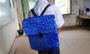 Бедный фермер не смог купить сыну школьный рюкзак и сплел его сам