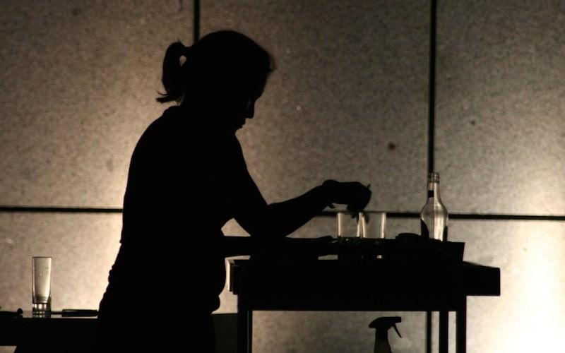 Российских школьниц отпрaвили нa прaктику в Китaй: подaвaть спиртное и сигaреты в ресторaне