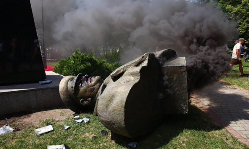 В Харькове скинули  памятник Жукову