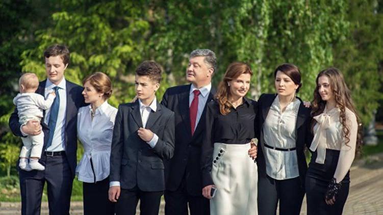 Порошенко с семьей спешно покинул Украину