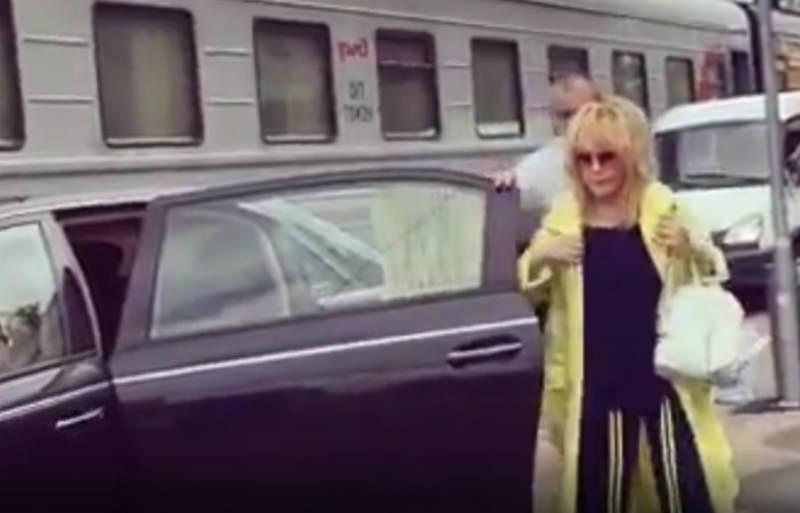 «За деньги можно все?»: Пугачева проехала на машине по перрону