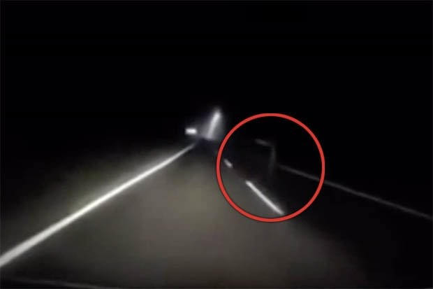 Водителя на пустынной дороге пытался остановить призрак