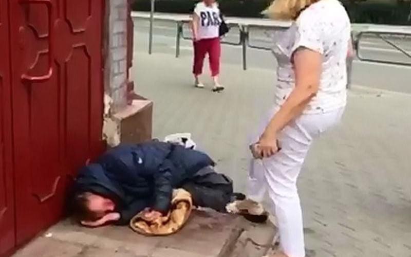 """""""Задушил всех девочек"""": чиновница избила ногами бездомного"""