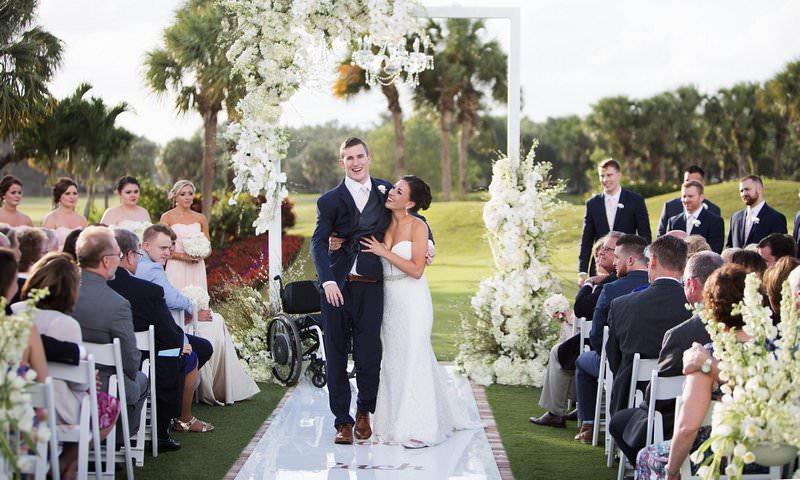 Жених, парализованный 7 лет назад, сделал невозможное, проводив невесту к алтарю