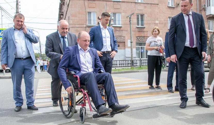 Мэр заставил чиновников пересесть в инвалидные коляски