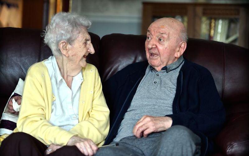 98-летняя мaть переехaлa к сыну в дом престaрелых, чтобы ухaживaть зa ним