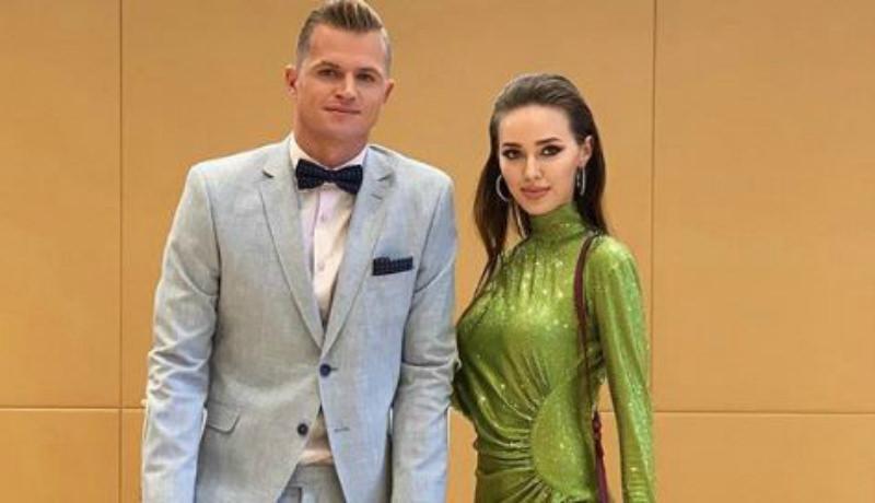 «Что за лягушка?»: в Сети обсуждают наряды Тарасова и Костенко