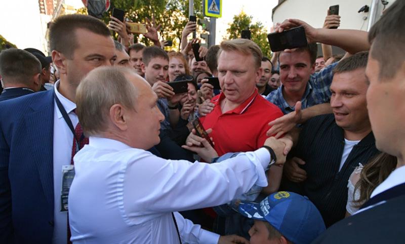 Путин неожиданно вышел к людям в Екатеринбурге