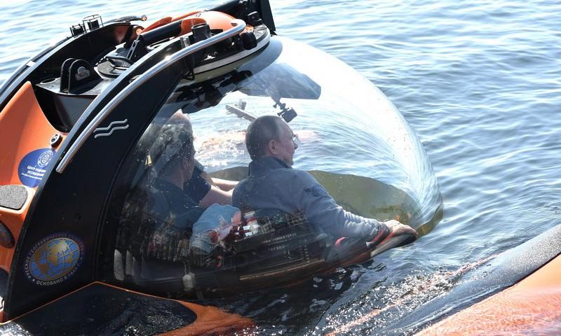 Путин погрузился в батискафе к затонувшей подлодке